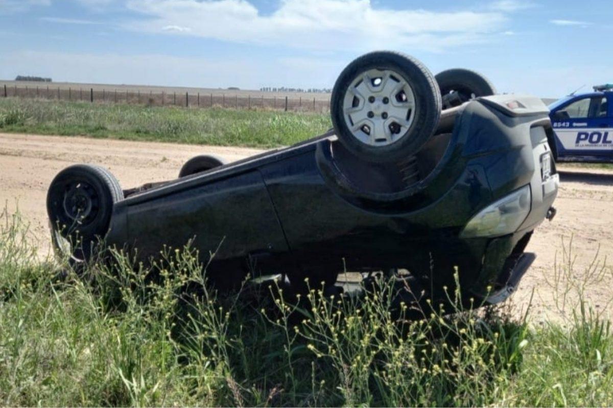 Un automóvil volcó sobre el alteo de la Ruta 4, en proximidades de Buchardo