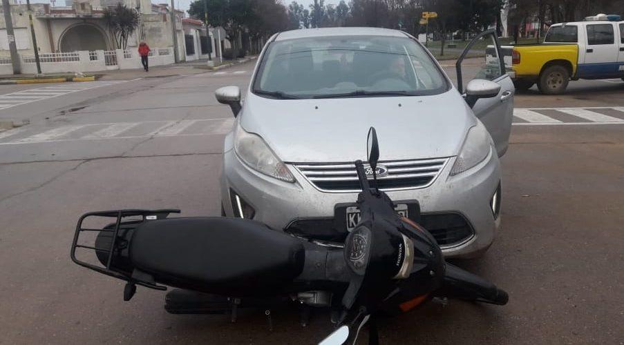 Huinca: hombre fue hospitalizado tras choque entre un auto y una moto