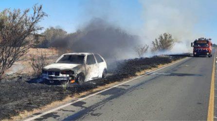 Un vehículo se incendió casi por completo sobre Ruta 27, cerca de Bruzone
