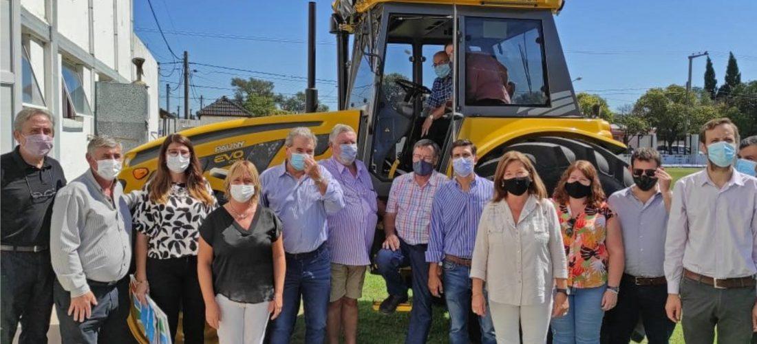 El ministro Busso entregó un tractor y aportes por más de $4 millones en Moldes