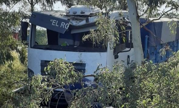 Accidente: camión pasó de largo en el cruce de rutas 27 y 35, cerca de N. Bruzone