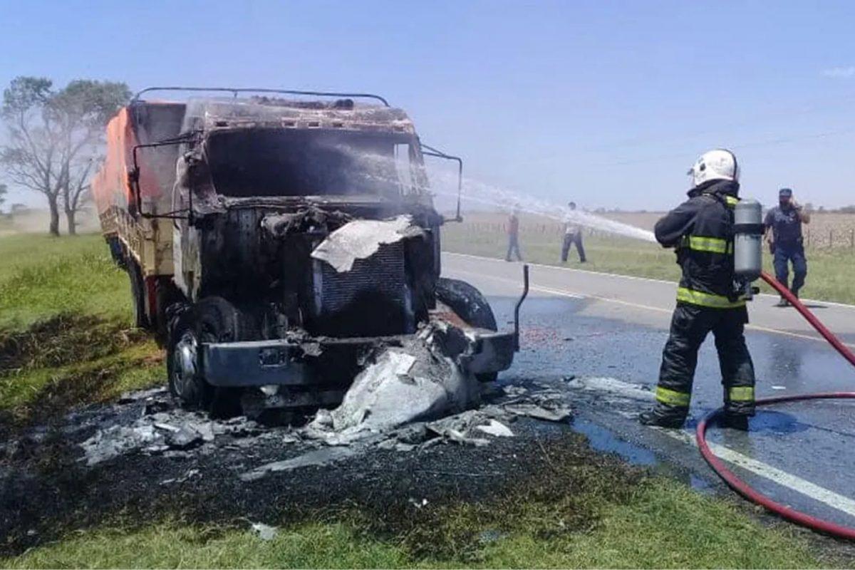 Bomberos controlaron incendio de un camión con carga de maní en el sur provincial