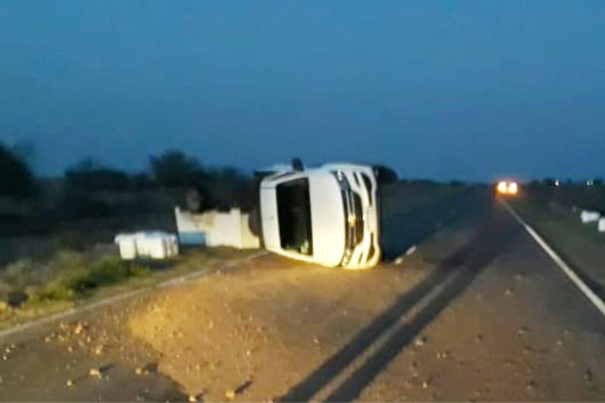 Accidente cerca de Italó: salió de control el carro que tiraba y volcó la camioneta
