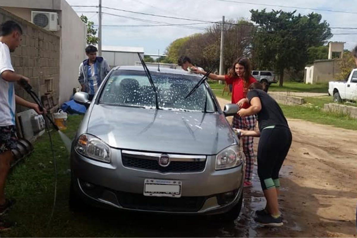 Del Campillo: estudiantes de secundario lavan autos para recaudar dinero