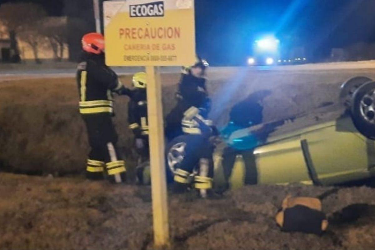 Accidente: auto protagonizó un vuelco en uno de los ingresos a Del Campillo