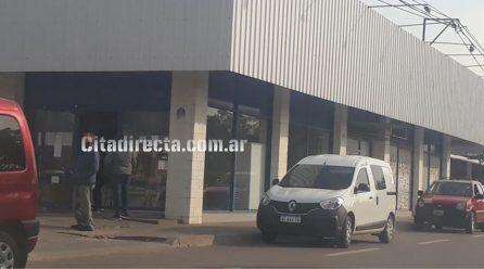 Laboulaye: rompen un vidrio y entran al local comercial de Distribuidora Barale