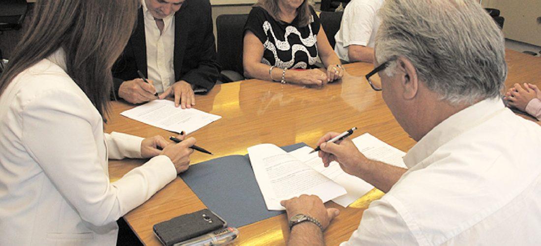 """Docentes y Gobierno provincial acordaron aumento de 15 % con cláusula """"gatillo"""""""