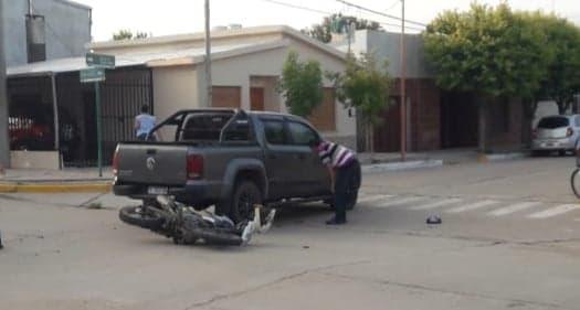 Accidente de tránsito: colisionaron una moto y una camioneta en Villa Huidobro