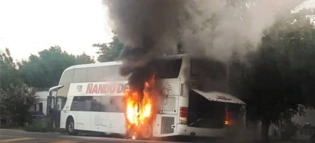Solo daños materiales: micro con 55 personas a bordo se incendió en Ruta 4