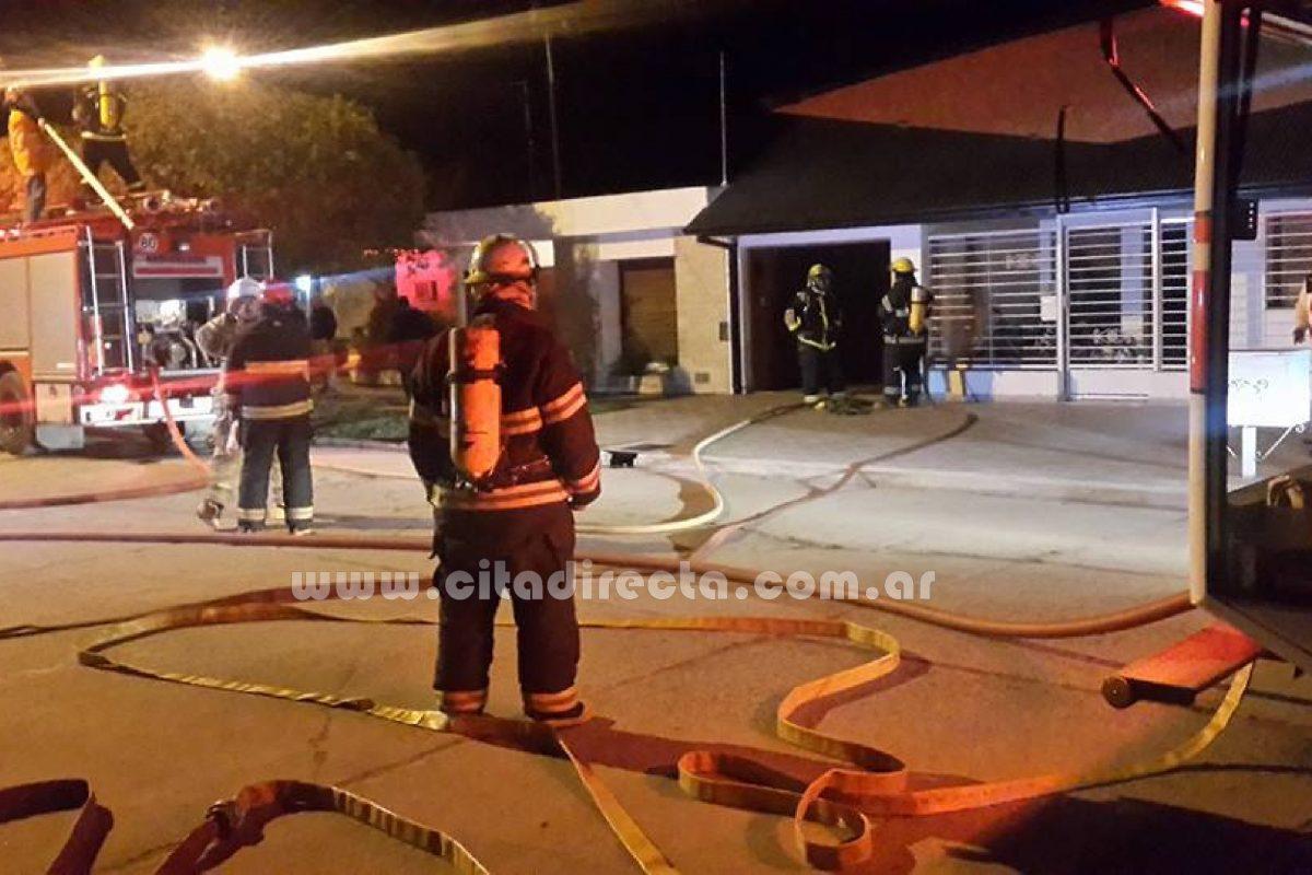 Laboulaye: Bomberos controlan incendio en una vivienda