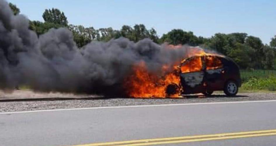 Siniestro vehicular: una familia alcanzó a salir antes de que el auto se incendiara