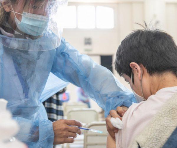 Desde el sábado se vacunará a personas de 17 años sin comorbilidades